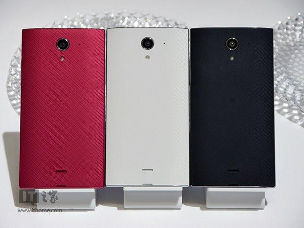 索尼曾在今年6月份推出了一部屏占比高达81%、几乎没有边框的智能手机SH-04F Aquos,然而他们并没有停下对于无边框的追求,今天日本运营商软银发布了两款SH-04F Aquos的继任者,分别叫做夏普Aquos Crystal和夏普Aquos Crystal X,它们看起来真的像是水晶一样,两侧和上部几乎没有边框。  Aquos Crystal是两部中的中端机,长宽尺寸分别为131mm和67mm,厚度为10mm,重量140克,配置方面,搭载5英寸720P屏幕,四核高通骁龙400处理器,主频为1.