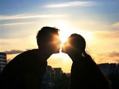 男女拥抱亲吻的照片