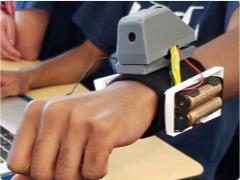 """高中生為視障人士發明智能""""臂套"""":可識別周圍物體"""