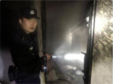 充電寶意外爆炸引燃出租屋,民警緊急疏散整棟樓居民