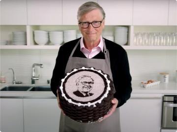 好甜!比尔·盖茨亲手做蛋糕祝福巴菲特90岁生日