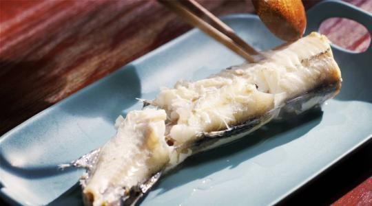 科普:被鱼刺卡住喝醋吞饭团?这样做可能更危险