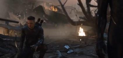 《复仇者联盟4》删减片段曝光,众成员下跪向钢铁侠致敬-第2张图片